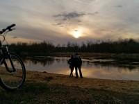 WYRÓŻNIENIE Para zachwycająca się krajobrazem nadnarwiańskim _fot_KAMIL NALEWAJK.jpg